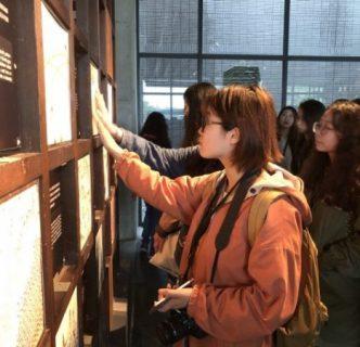 陶瓷博物館參訪中,大陸交換生親手體驗不同質地的陶瓷,紛表讚嘆