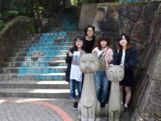 日本交換生與國際處同仁、國際學伴於貓空招財貓合影