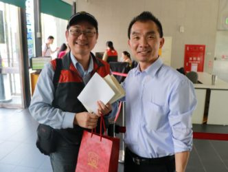 捷運貓空纜車趙主任(左一)及本校楊國際長互相致贈禮品