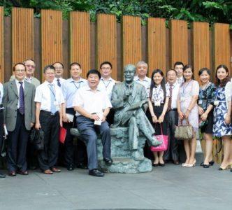 訪問團全體團員與公共事務長葉一璋(左二)於創辦人銅像旁合影留念。