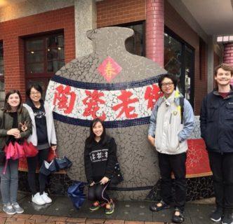 國際交換生Claire Cortes(左一)、Sarah Phuan(中)、Erik Dudinsky(右一)與國際交流組同仁於鶯歌老街留影