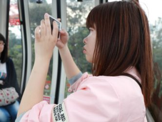 交換為期一年的日本交換生足立純菜專注捕捉貓空群山的翠綠