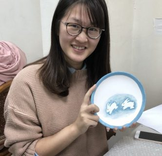 中國人民大學交換生陽恬用釉彩圖繪出活潑生動兔子