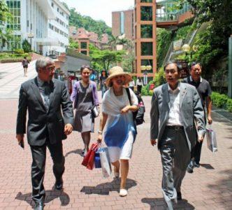 陳清河副校長(左一)為海口經濟學院貴賓導覽本校校園